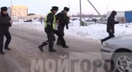 В Уральске водитель разделся на морозе в знак протеста
