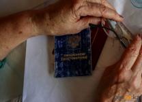 Золотые сережки и цепочку отобрал грабитель у пенсионерки в подъезде в Павлодаре