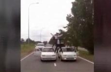 Полиция наказала водителей свадебного кортежа, возивших людей на капотах в Павлодаре