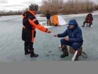 Спасатели уговаривают павлодарских рыбаков отложить подледный лов до зимы