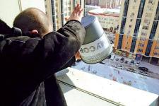 Житель Павлодара, выкинувший мусор из окна многоэтажки, после составления адмпротокола убрал весь двор