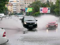 Восемь машин откачивают воду с павлодарских улиц