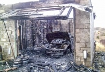 В поселке Майкаин в гараже сгорела машина