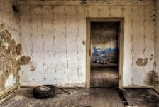 Молодую учительницу изнасиловали в заброшенном доме в Павлодарской области