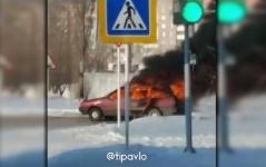 В Павлодаре на перекрёстке сгорела машина