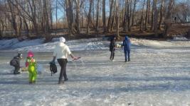В Павлодаре спасатели и полицейские убедили горожан прервать пикник на льду