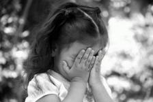 Маленькая девочка из многодетной семьи отправилась гулять одна в Экибастузе