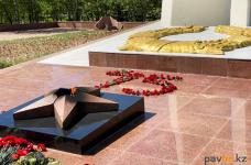Карантин не нарушил традицию павлодарцев возлагать цветы к Вечному огню в День Победы