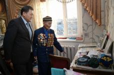Булат Бакауов поздравил с наступающим Днем Победы ветеранов города Аксу и поселка Калкаман