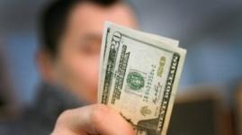 Казахстанцев отучат от привычки пересчитывать цены в доллары