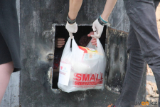 В Павлодаре жителям карантинного дома привезли свыше ста продуктовых наборов