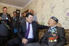 Канат Бозумбаев лично поздравил двух экибастузских ветеранов