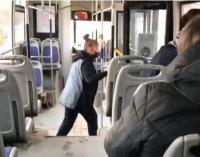 В Павлодаре вину кондуктора, прогнавшего пассажирку из автобуса, определит суд