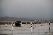 Областные спасатели взяли под контроль ситуацию с переливом на дороге в Актогайском районе