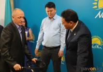В Павлодаре люди с особыми потребностями получили в помощь от строительной компании инвалидные коляски и ходунки