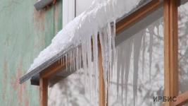 Нависшая опасность: сосульки и снег на крышах становятся серьезной угрозой для павлодарцев