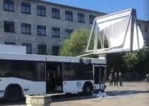 Пассажиры автобуса пострадали после его наезда на столб и рекламный щит в Павлодаре