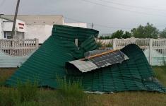 Срывало крыши, повалило деревья: сильный ураган прошел по Павлодару