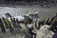 В Непале упал в реку самолет с туристами