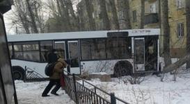 Маршрутный автобус врезался в дерево в Астане