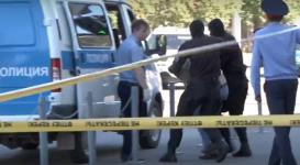Неудавшегося грабителя вывели из здания ломбарда в Астане