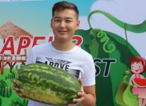 Победитель «Қарбыз Fest» в Павлодаре съел кусок арбуза за 15 секунд