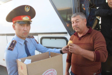 Павлодарские полицейские останавливали водителей автобусов, чтобы угостить их баурсаками