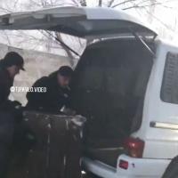 В Павлодаре неизвестные увезли в микрофургоне мусорный контейнер