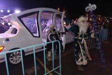 Дед Мороз приехал на сказочном автомобиле, чтобы зажечь новогоднюю елку в Павлодаре