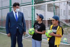 Аким Павлодара вручил детям мячи на отремонтированной после обращения в соцсетях спортплощадке