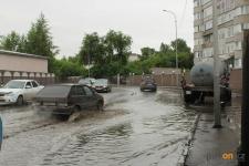 Павлодарские коммунальщики после сильного ливня откачивали воду с подтопленных улиц всю ночь
