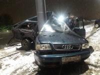 В Павлодаре автомобиль врезался в опору на трамвайных путях
