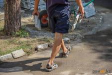Павлодарец убирает улицы за кражу постельного белья
