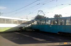 В Павлодаре автобус и трамвай не поделили дорогу