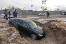 В ПавлодареToyota Camry в результате ДТП провалилась в яму