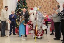 В Аксу заводчане исполнили новогодние желания детей-сирот и ребят из малообеспеченных семей