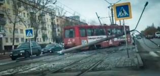 В Павлодаре трамвай сошел с рельсов и снес опору