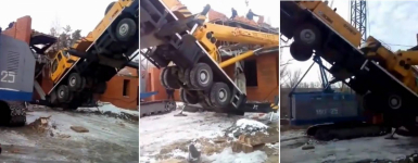 В Павлодаре на строящийся дом завалился автокран