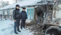 Полицейские вынесли мужчину из горящего дома