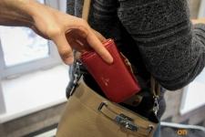 В Прииртышье карманные воры перестали резать сумочки, предпочитая иные способы краж