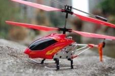 Американские студенты научились управлять игрушечным вертолетом «силой мысли»