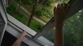 Житель Экибастуза вышел в окно вместо двери