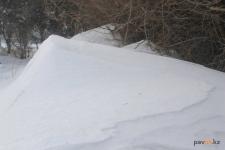 Павлодарка пожаловалась в полицию на то, что из-за снега возле магазина не может пройти с коляской