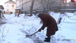 Одинокой пенсионерке из Павлодара грозит штраф за сугробы возле дома