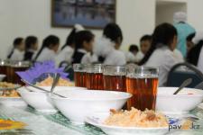 Деньги, выделенные на обеды для учеников 1-4 классов в Павлодарской области, возможно, пойдут на покупку компьютеров и мебели в школы