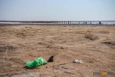 Мешки с мусором вывезли с берега розового озера Коряковка волонтеры и трудовые отряды