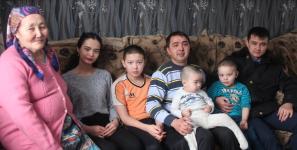В Павлодаре полицейские взяли под опеку несколько многодетных семей своих коллег