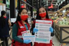Павлодарцам раздали брошюры с актуальной информацией о том, как не заразиться коронавирусом