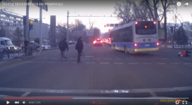 В Сети появилось видео наезда троллейбуса на пешехода в Алматы