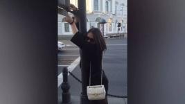 В Петербурге парень приковал девушку наручниками к светофору (фото)
